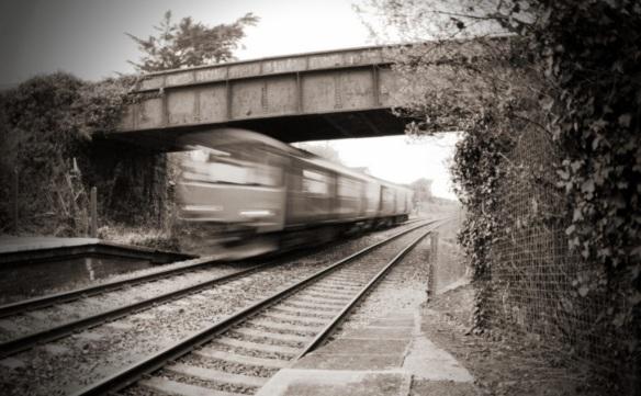 Schwarzweiß-Foto eines rasenden Zuges